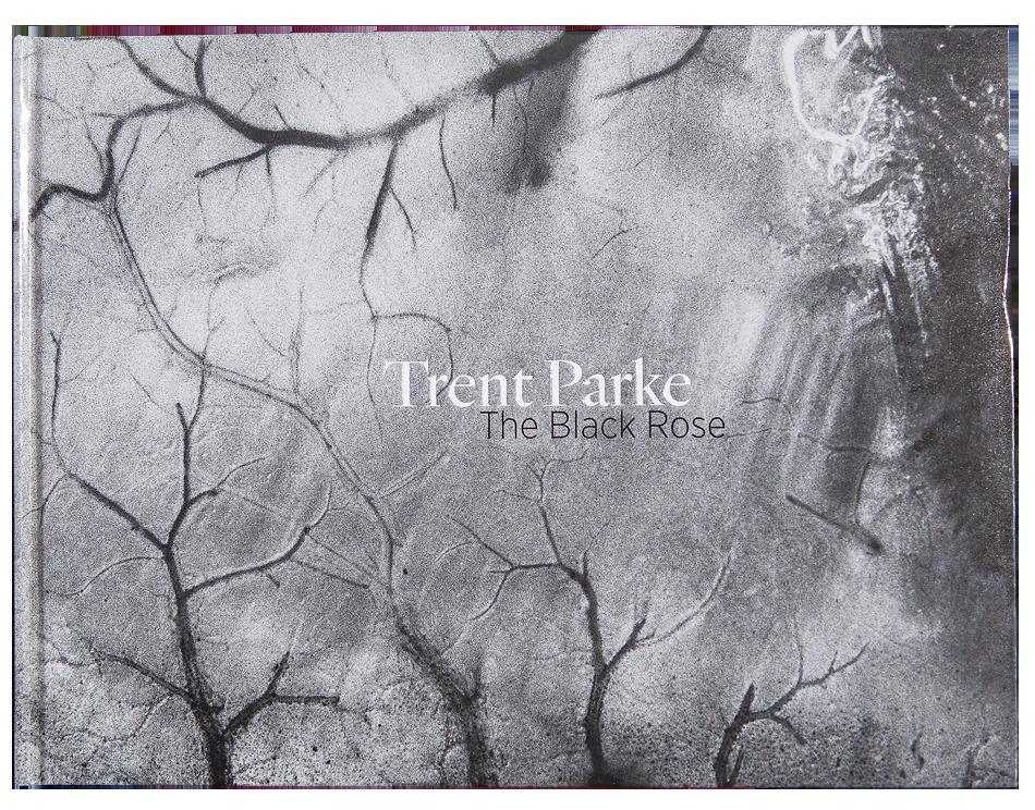 PARKE  Trent, The Black Rose.  Australie : Art Gallery of South Australia, 2015, 168 p. 86 photos N&B  10 Photos couleurs format 16,4 cm x 20 cm au 63,0 cm x 24 cm avec des triptyques quadrityques et plus