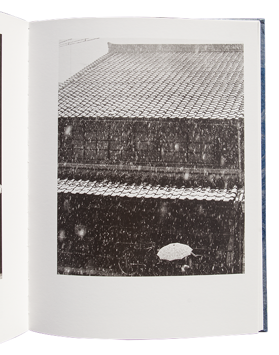 UEDA Shōji, HORIE Toshiyuki et Chose Commune, Shōji Ueda. France : Chose Commune, 2015, 188 p. 67 photographies N&B, 23 photographies couleurs du 43,3 x 29 cm au 9,5 x 13 cm